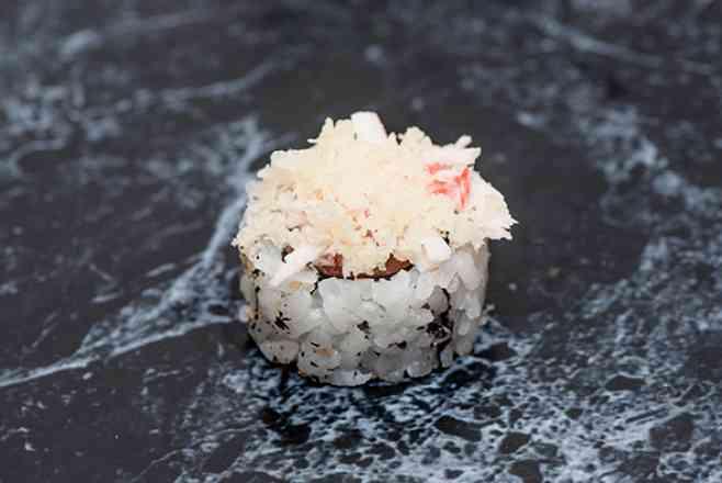 Uramaki de Salmão Kani Crispy